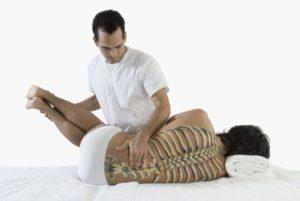 Мануальный терапевт вправляет позвоночный диск